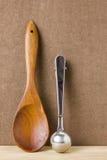 Cucchiaio di legno e mestolo stanless Fotografia Stock Libera da Diritti