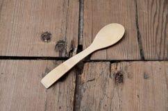 Cucchiaio di legno sul pavimento di legno Fotografia Stock
