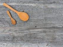 Cucchiaio di legno sul pavimento di legno Fotografia Stock Libera da Diritti