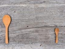 Cucchiaio di legno sul pavimento di legno Immagine Stock Libera da Diritti