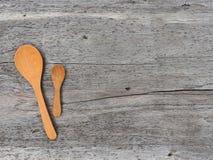 Cucchiaio di legno sul pavimento di legno Immagine Stock