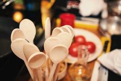 Cucchiaio di legno sulla cucina Fotografia Stock
