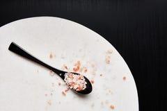 Cucchiaio di sale himalayano rosa immagini stock libere da diritti