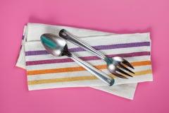 Cucchiaio e forchetta del servizio del metallo con il tovagliolo Immagini Stock Libere da Diritti