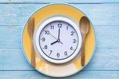 Cucchiaio e forchetta dell'orologio dell'alimento Fotografie Stock Libere da Diritti