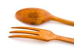 Cucchiaio e forchetta di legno degli utensili. Con il percorso di residuo della potatura meccanica Fotografia Stock