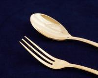 Cucchiaio e forchetta dorati immagine stock