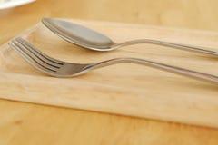 Cucchiaio e forchetta su legno selezione del fuoco immagine stock libera da diritti