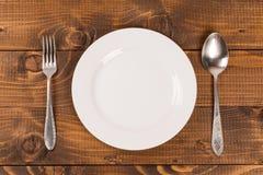 Cucchiaio e forchetta su una zolla Fotografie Stock