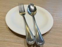 Cucchiaio e forchetta sul piatto Fotografia Stock Libera da Diritti