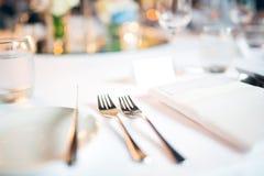 Cucchiaio e forchetta sulla cena di nozze della tavola Immagine Stock