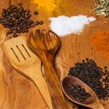 Cucchiaio e mucchio delle spezie sulla tavola Immagine Stock Libera da Diritti