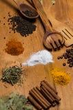 Cucchiaio e mucchio delle spezie sulla tavola Fotografia Stock Libera da Diritti