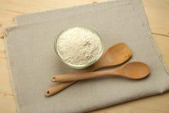 Cucchiaio e spatola e ciotola di legno con la farina di frumento Fotografia Stock