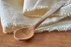Cucchiaio e tovagliolo di legno sul tagliere Fotografia Stock Libera da Diritti
