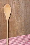 Cucchiaio e tovagliolo di piatto di legno immagini stock