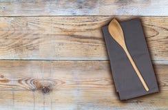 Cucchiaio ed asciugamano di cucina di legno su legno non trattato Fotografia Stock Libera da Diritti