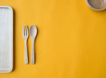 Cucchiaio, forchetta, piatto e ciotola di legno fotografia stock libera da diritti