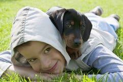 Cucciolo del bassotto tedesco e del bambino Fotografia Stock