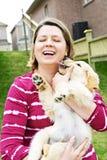 Cucciolo della holding della donna Fotografia Stock