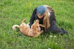 Cucciolo e ragazza fotografie stock libere da diritti