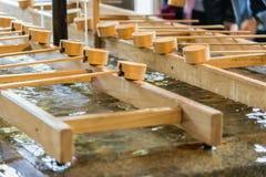 Cucharón japonesa de bambú de la purificación en la entrada del templo japonés Foto de archivo libre de regalías