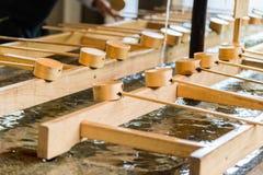 Cucharón japonesa de bambú de la purificación en la entrada del templo japonés Fotos de archivo