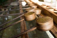 Cucharón japonesa en templo japonés imágenes de archivo libres de regalías