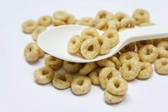 Cuchara aislada con el cereal en un fondo blanco foto de archivo