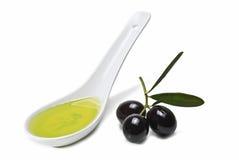 Cuchara con aceite y aceitunas de oliva. Fotografía de archivo libre de regalías
