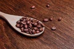 Cuchara con los granos de café Fotografía de archivo libre de regalías