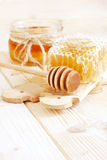 Cuchara con un descenso de colada de la miel de oro Fotografía de archivo libre de regalías
