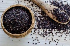 Cuchara de bambú con arroz salvaje negro orgánico Fotos de archivo libres de regalías