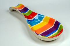 Cuchara de cerámica coloreada aislada en el fondo blanco Imagen de archivo