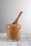 Cuchara de cristal de Sugar Bowl With Brown Wood Imagenes de archivo