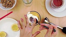 Cuchara de la limpieza del queso mientras que hace un smoothie sano y nutritivo almacen de metraje de vídeo