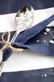 Cuchara de la sal del mar con la cinta azul Imágenes de archivo libres de regalías
