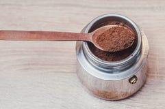Cuchara de madera con café preparado en un fabricante de café y el tinte agradable como fuente de energía después del sueño foto de archivo