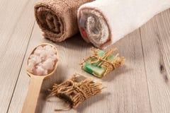 Cuchara de madera con la sal del mar blanco y el jabón hecho a mano para el cuarto de baño Fotografía de archivo libre de regalías