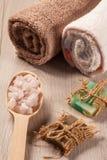 Cuchara de madera con la sal del mar blanco y el jabón hecho a mano para el cuarto de baño Imagenes de archivo