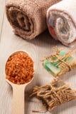 Cuchara de madera con la sal marrón del mar y el jabón hecho a mano para el cuarto de baño Imágenes de archivo libres de regalías