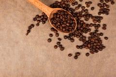 Cuchara de madera con los granos de café Foto de archivo