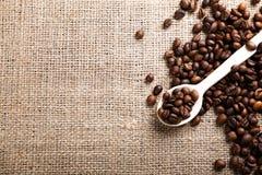 Cuchara de madera con los granos de café Imagen de archivo