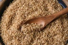 Cuchara de madera de arroz moreno Imagenes de archivo