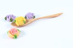 Cuchara de madera de las rosas del caramelo de Allauch en el fondo blanco Foto de archivo libre de regalías