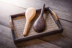 Cuchara de madera en la bandeja tejida bambú chino Imagen de archivo