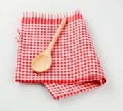 Cuchara de madera en la toalla de té Fotos de archivo libres de regalías