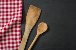 Cuchara de madera en una pizarra Foto de archivo libre de regalías