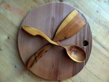 Cuchara de madera, espátula de la cocina hecha de abedul carelio handmade Artes populares rusos Vaalam primer imagen de archivo libre de regalías