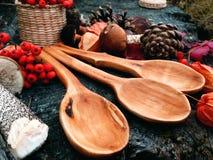 Cuchara de madera tallada en la madera, artesanía en madera, colores del otoño Fotografía de archivo libre de regalías